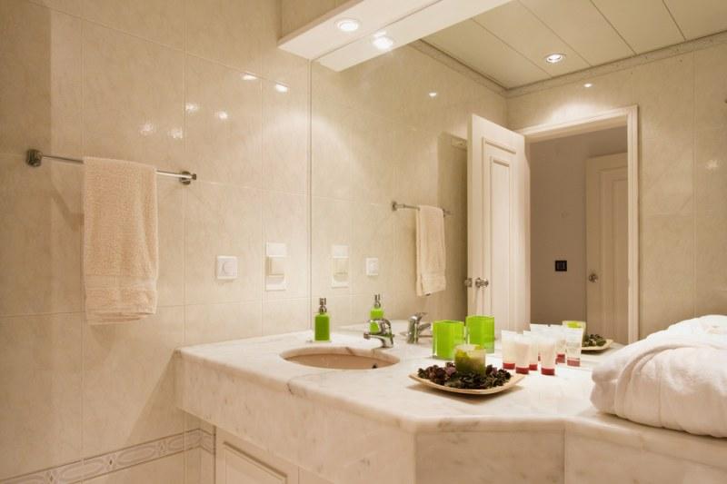 Крючок для полотенец в ванную